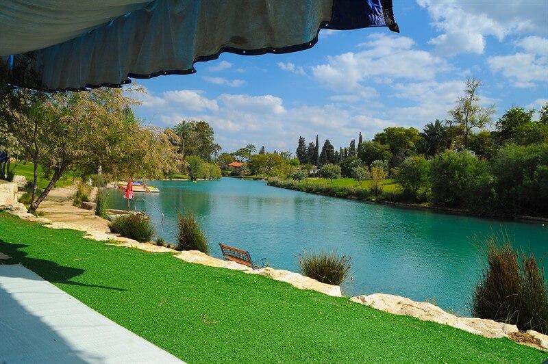 אירוע עסקי בטבע על האגם