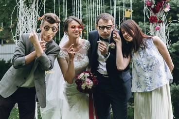 אורחים חוגגים עם הכלה בהפקה מקורית של חתונה בטבע מבית ארבל הפקות