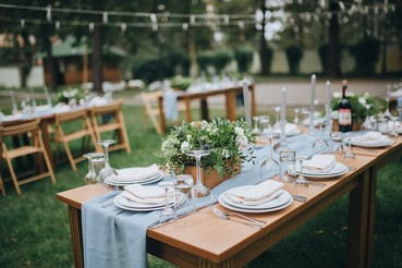 כסאות מעוצבים עם פרחים בחתונה בטבע בהפקתם של ארבל הפקות